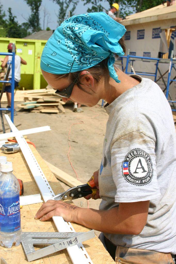 Habitat volunteer working on a house © Rebecca Hines   HFHI