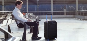 Bluesmart rolling carry-on suitcase airport © Bluesmart Inc