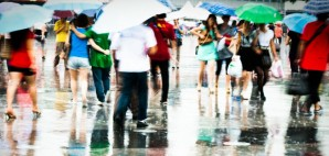 Walking in the Rain © Xiaohuan | Dreamstime 26399973