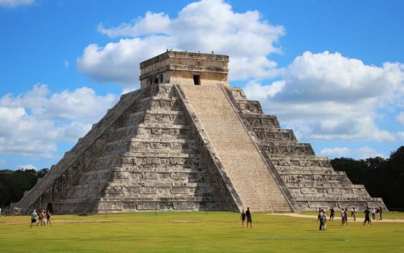 El Castillo, The Pyramid of Kukulcan at Chichen Itza, Mexico © Cazuma | Dreamstime 22657597