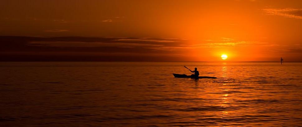 Kayaking at sunset in the ocean © Ryan Carter | Dreamstime 11502250