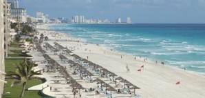 The Caribbean Sea and Beach Cancun, Mexico © Daniel Thornberg   Dreamstime 41318224