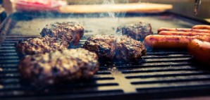Hamburgers and Hot Dogs on a Barbecue Grill © Hellgren | Dreamstime 25729664