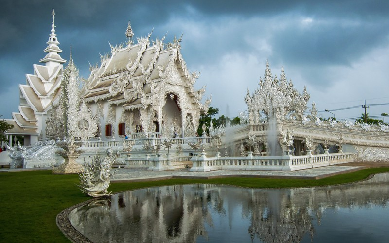Wat Rong Khun, The White Temple of Thailand © Mikegunawan | Dreamstime
